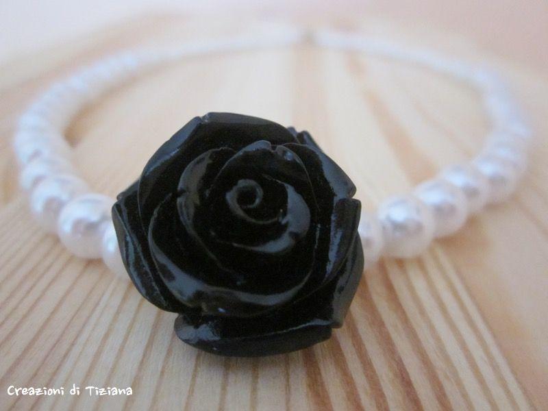 Dettaglio collana di perle con rosa nera