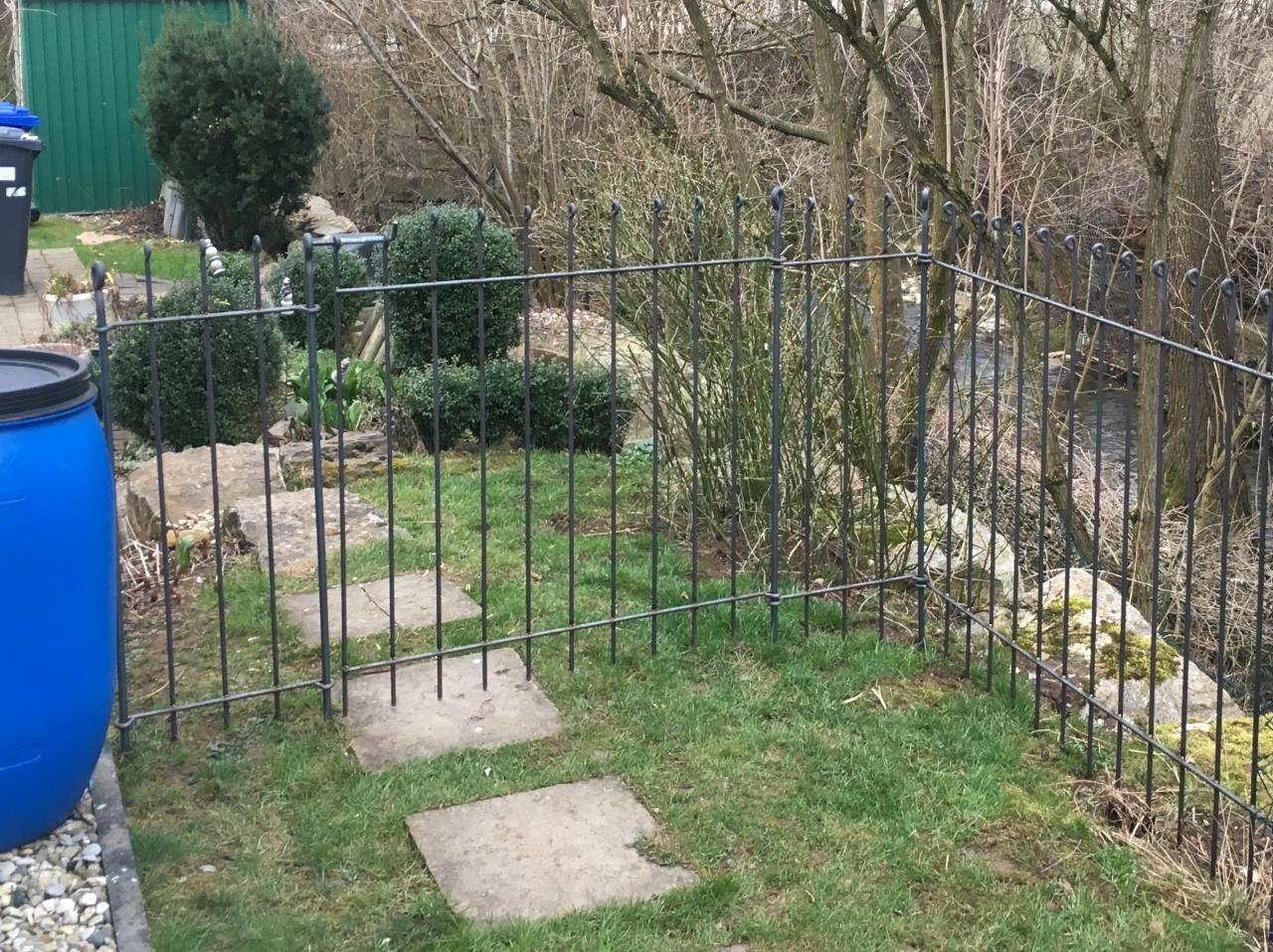 Steckzaun Aus Metall Fur Hunde Im Garten Aufgebaut Mit Einer Tur