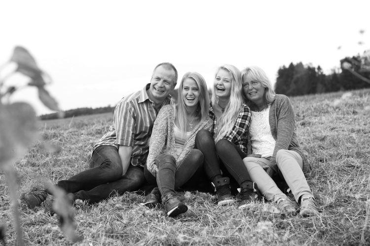 YAYAstudios: Familyshooting mit Sonnenblumen :)  Familienfotos, Posen, Fotoideen, Fotoshooting, Schwesternshooting, Paarshooting,