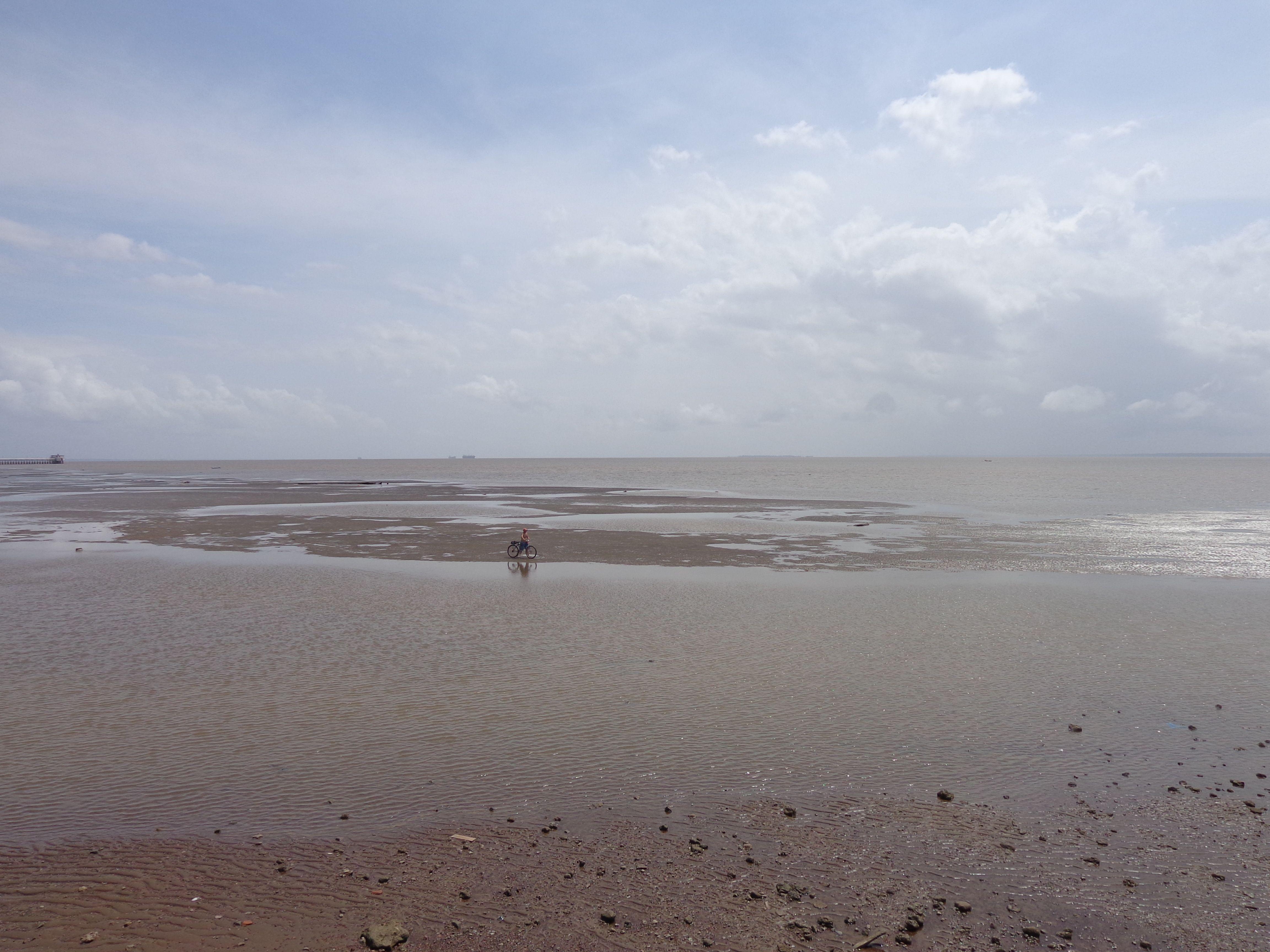 Sim, quando a maré baixa no Rio Amazonas dá até pra empurrar uma bike no meio do rio...