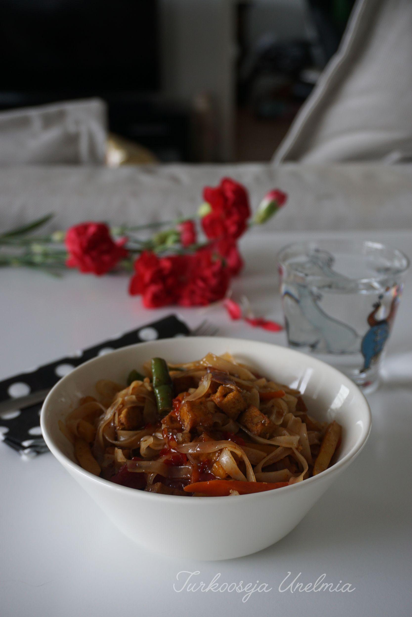 Easy vegan tofuwok with ricenoodles. Simply and quick :)  Blogissa ideoita vegaanin viikon ruokalistaan sekä myös linkki idealistaan Mitä tänään syötäisiin? :)