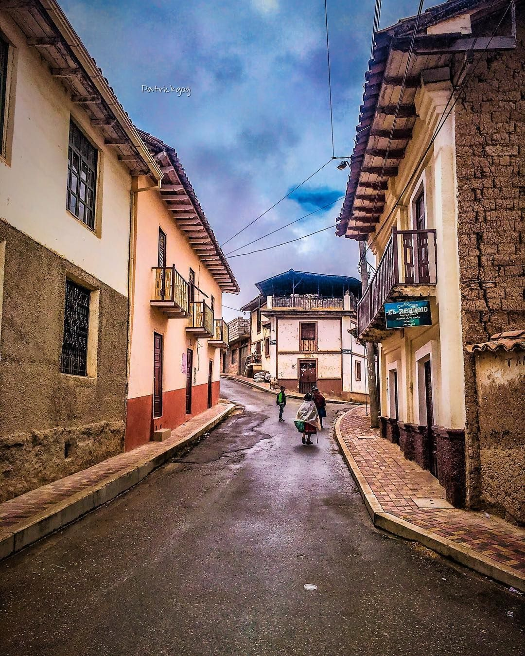 Calle de San Bartolo  Serie #street #Ecuador #AllYouNeedIsEcuador #iPhoneonly #oldhouse