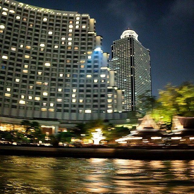Navegando por el Río Chao Praya. Sailing along Chao Praya River. #Thailand #Bangkok #BKK #river #ChaoPraya #buildings #architecture #transport #night #río #arquitectura #noche #edificios #transporte #movimiento #movement #Bangkok #nightlife Check more at http://www.voyde.fm/photos/international-party-cities/navegando-por-el-rio-chao-praya-sailing-along-chao-praya-river-thailand-bangkok-bkk-river-chaopraya-buildings-architecture-transport-night-rio-arquitectura-noche-edificios-transporte/
