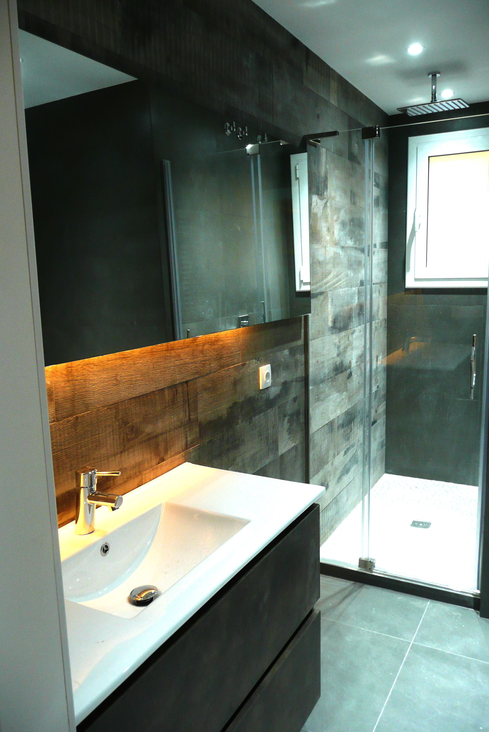 Ba o con espejo retroiluminado pared principal alicatada con gres porcelanico imitaci n madera - Espejo retroiluminado bano ...