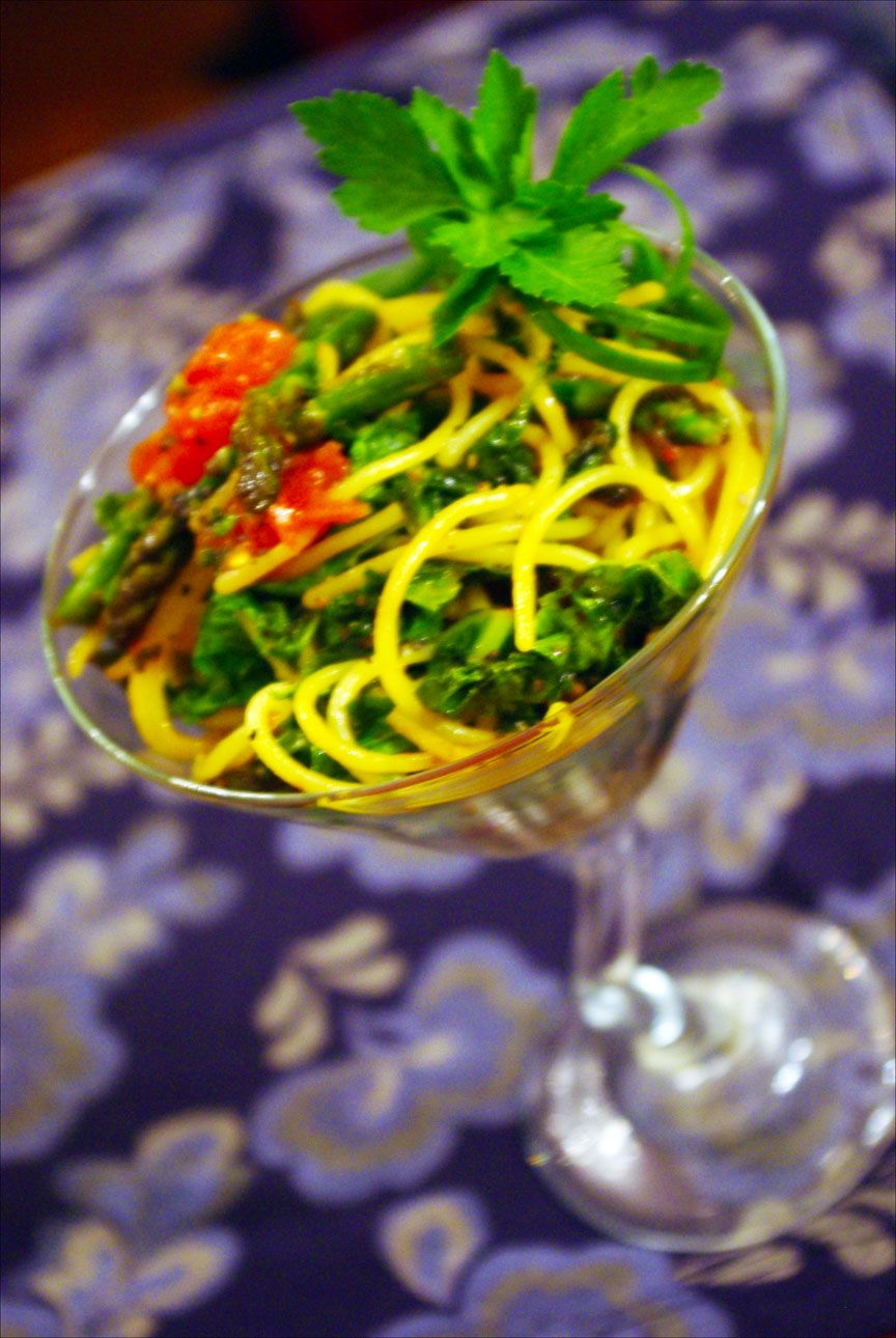 Saravera Primavera Martini -- This is a medley of kale, watercress, baby asparagus tips, PAPAYA (omg yum), Korean garlic-chili sauce and quinoa spaghetti noodles quickly sauteed in sesame oil. Once in the martini glass, I drizzled a very clean celery/onion broth with a hint of low sodium soy sauce over it all, garnished with a scallion curl and fresh flat leaf parsley — AND PAPAYA PEPPER!