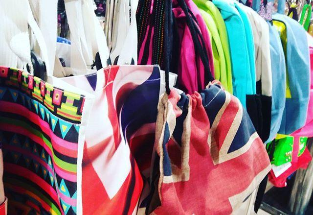 Kukkuu, mitäs siellä onkaan uuden liikkeen avajaistarjouksena.... reppuja ja ostoskasseja 12€! Kreisiä! #cybershopmatkus #cybershopkuopio #reppu #laukku #shoppailemaan #shoppingbag #totebag #unionjack #backbag #movember #retail #sale