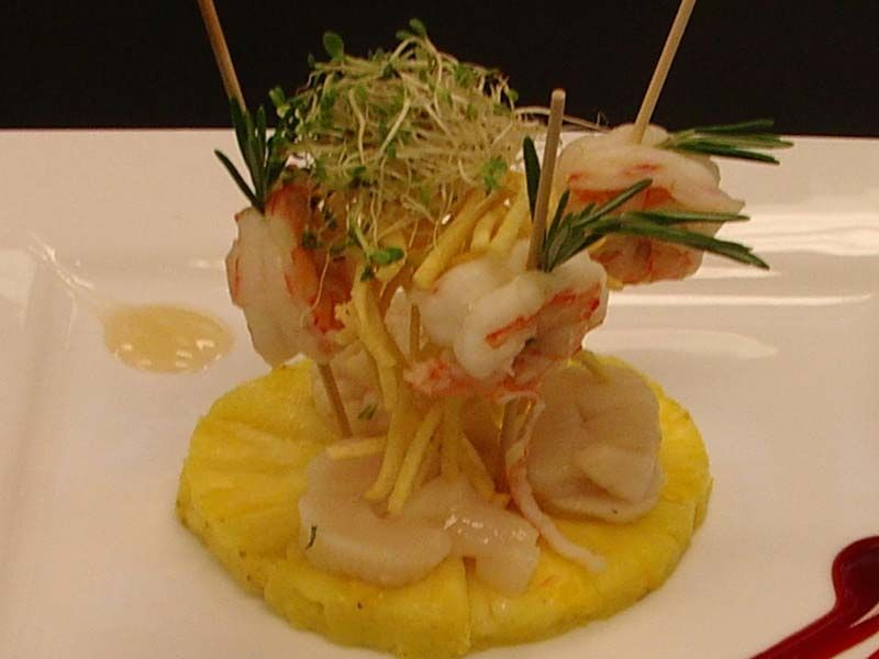 tempura di gamberi e daykon su ananas marinato all'aceto di riso
