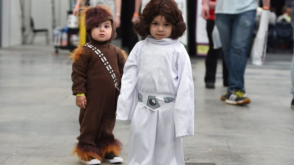 Baby Princess Leia and Chewbacca are the cutest in the Comic Con galaxy - http://eleccafe.com/2015/09/29/baby-princess-leia-and-chewbacca-are-the-cutest-in-the-comic-con-galaxy/