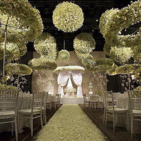 """WedLuxe en Instagram: """"Nuestras mandíbulas colectivamente cayeron cuando vimos las #esferas florales y halos que decoran este # espacio de recepción en #Bangkok, #Thailand. No…"""""""