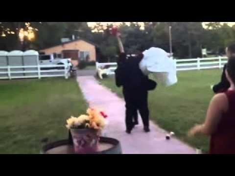prende in braccio la sposa e guardate che ingresso  indimenticabile!                #videodivertenti