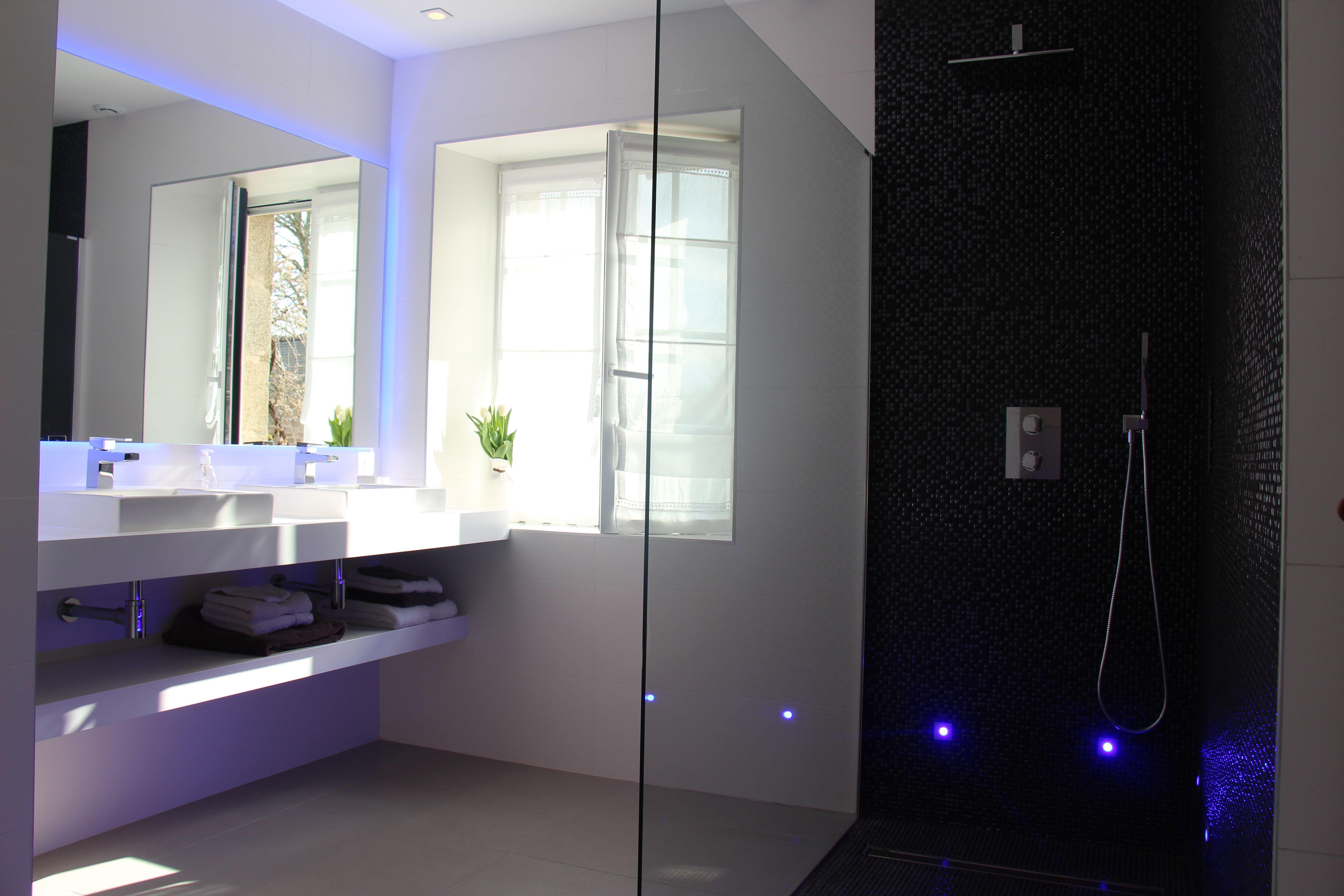 Salle de bain blanche et grise la ferme de kerscuntec - Belle mere dans la salle de bain ...