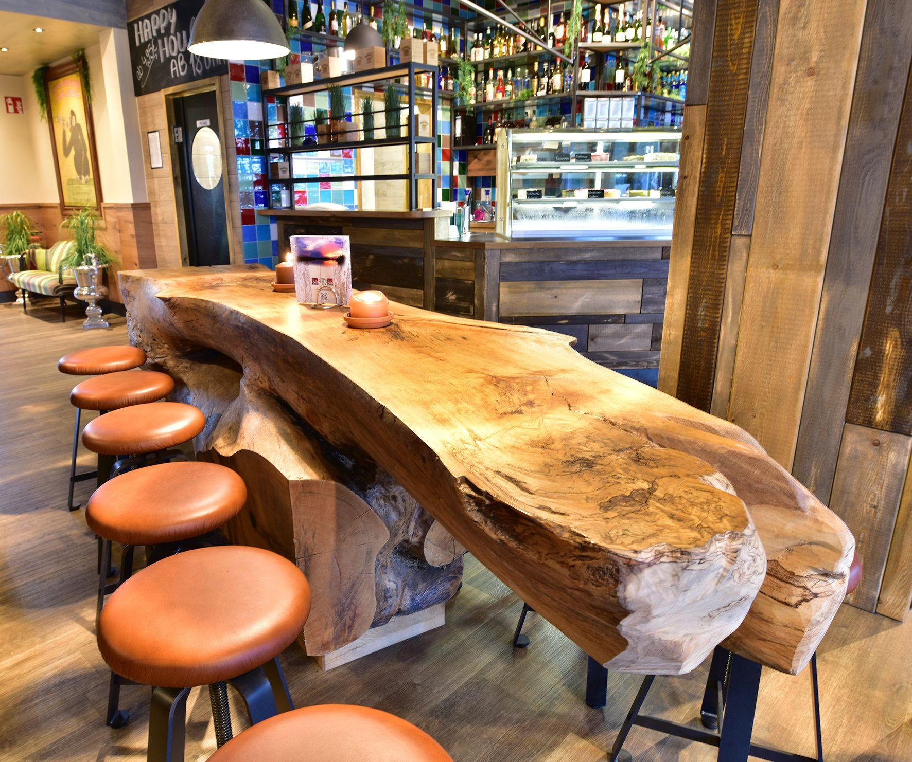 Halber Baumstamm Als Tisch Ein Baumstamm Als Tisch Ist Eins Der Highlights Der Kreativen Einrichtung Von Solo S Ewi Partyhutte Baumstamm Tisch Massivholztisch
