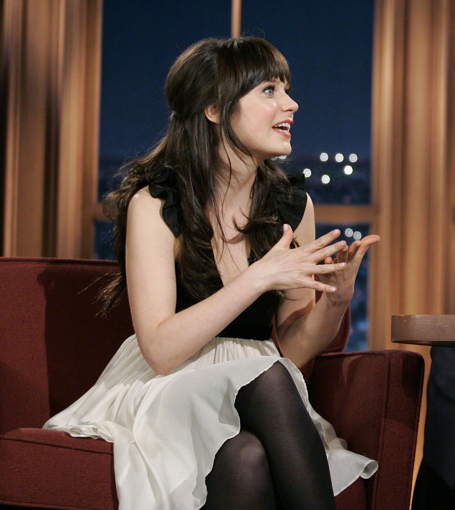 zaavip.com imagesize:956-1440@ Zooey Deschanel in black pantyhose, white silk skirt and black top at the  Late Night Show | Celebrity Tights | Pinterest | Natt, Kjolar och Svart