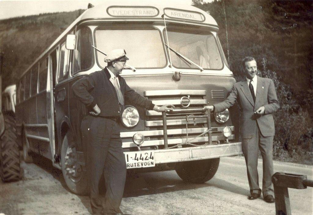 Aust-Agder fylke Tvedestrand kommune Gjeving Mesel-brødrene, Torjus og Gisle Mesel  fra Eikedalen kjøpte i 1951 Tvedestrands Dampskibsselskabs bussrute Tvedestrand–Dypvåg–Gjeving. De utvidet virksomheten og drev selskapet til 1973 Bilde fra 1954