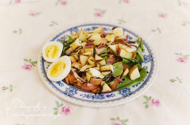 Sommarsallad: stekt halloumi, stekt äpple {sjukt gott med osten - sött/salt}, skinka, blandad sallad, balsamico och ett kokt ägg.