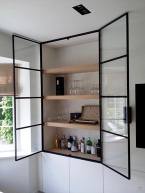 Photo of Kastdeuren van staal en glas in combinatie met strakke witte kastenwand.