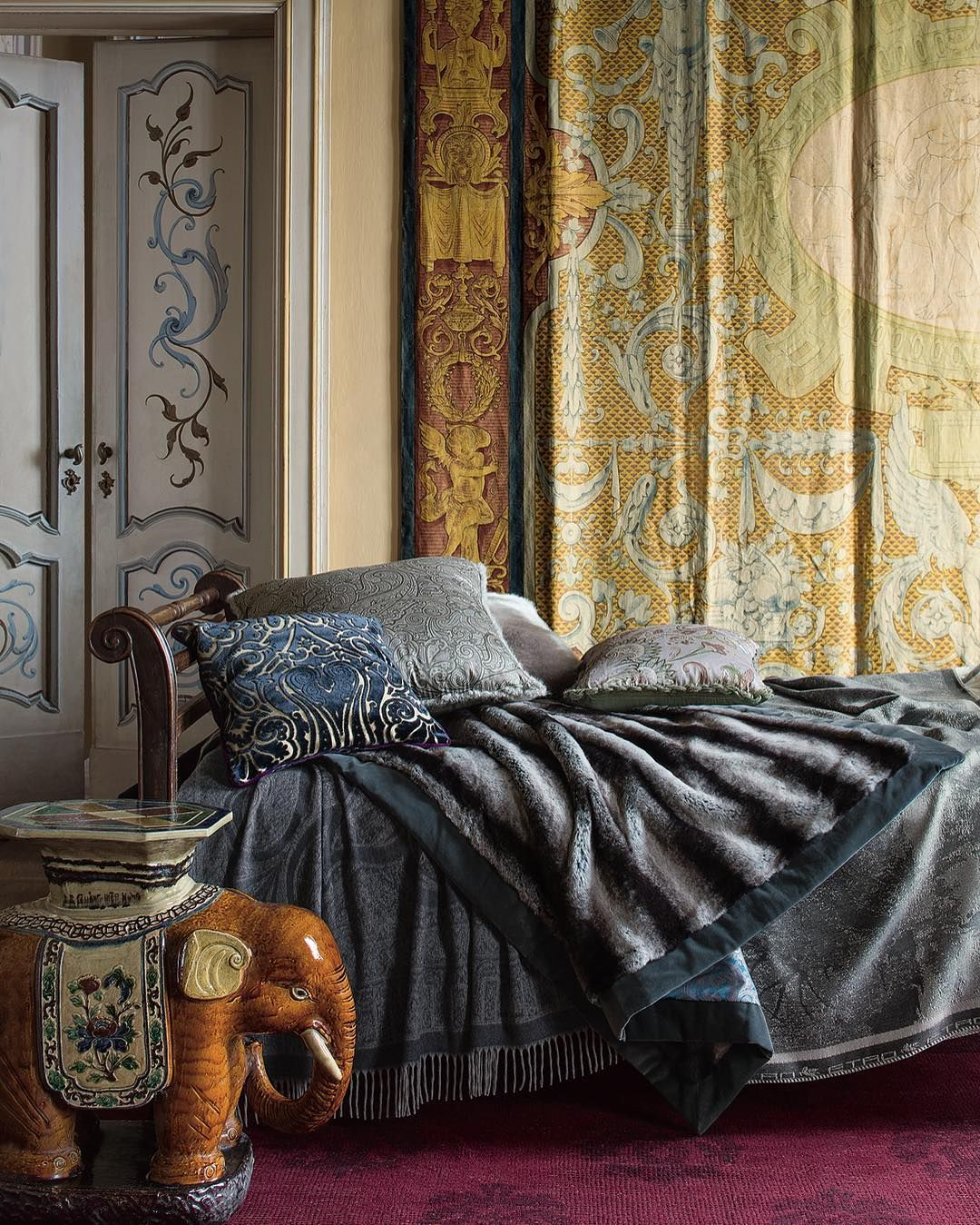 Echoes of indian opulence sink into the velvets tracing for Etro arredamento