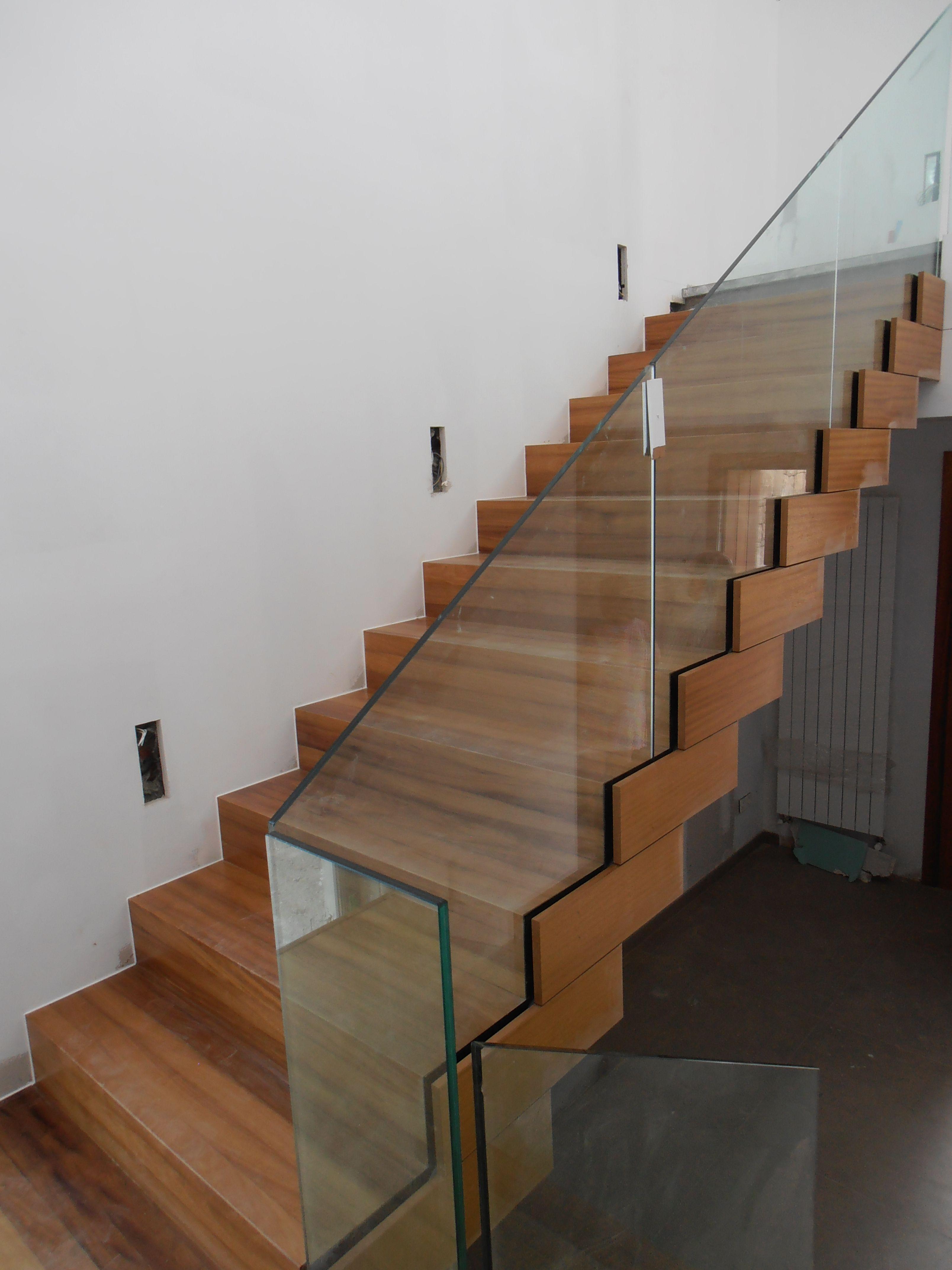 estado en obra la escalera est elaborada en madera y constituye la pieza central de