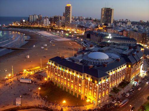 Mar del Plata, la principal ciudad turístico-balnearia de la República Argentina, ubicada a 400 km al sur de la Ciudad Autónoma de Buenos Aires (Vista nocturna del Complejo Casino-Hotel Provincial, Playa Bristol).