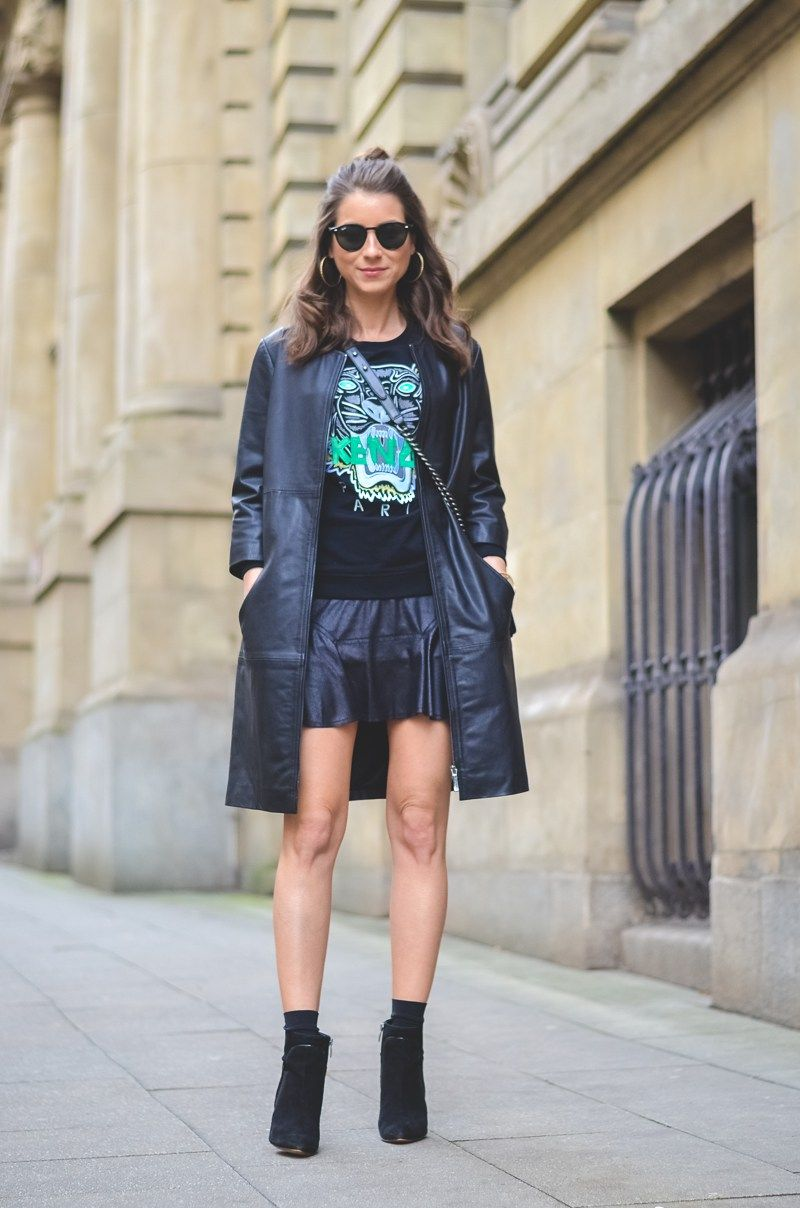 Outfit / Look / Fashion / Blogger / Style / Kenzo / Tiger / Sweater / Sweatshirt / Pullover / skirt / schwarzer / Mini / Rock / ankle Boots / socks / ray-ban / Sonnenbrille / half bun / chanel / boy / bag / Tasche / stephanie van klev