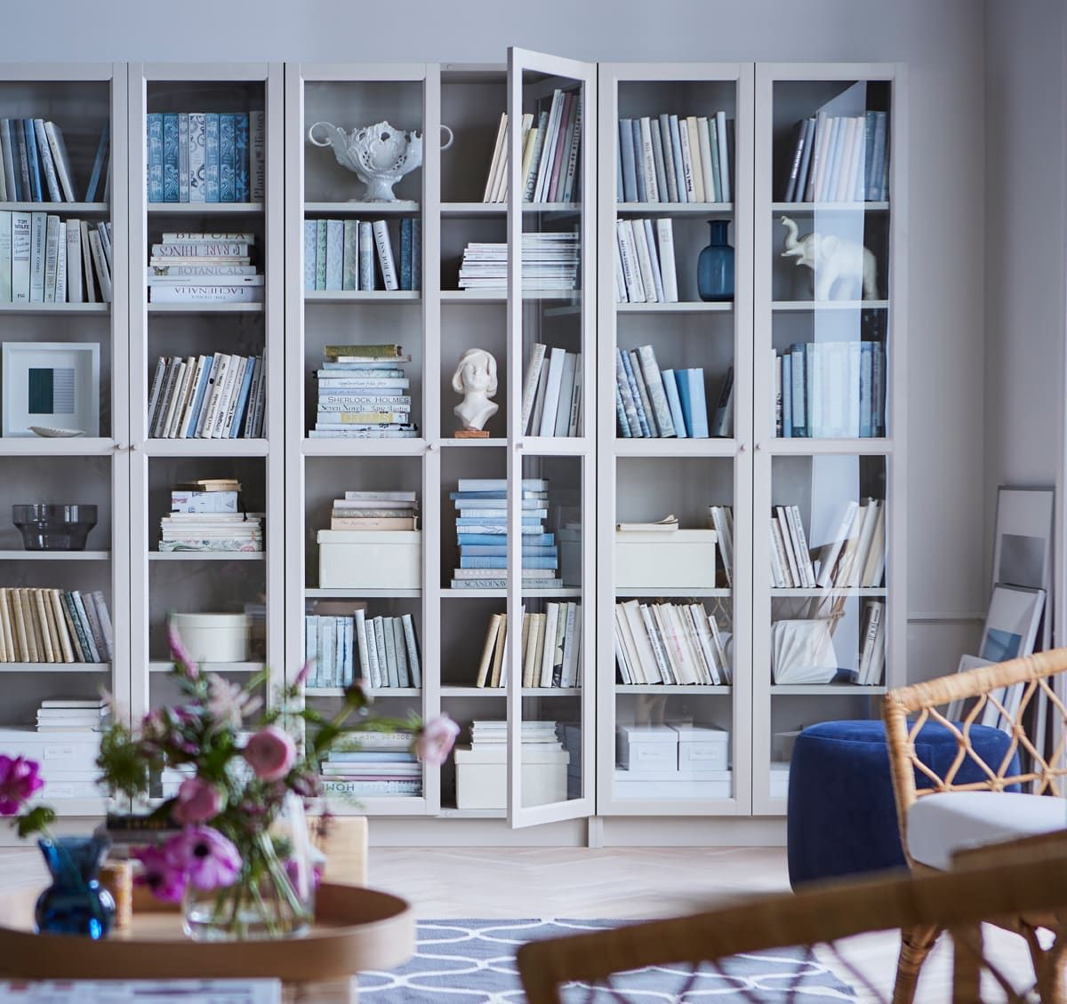 Ikea Billy Bucherregal Beige Das Ist Die Erfolgsgeschichte Eines Bucherregals V Bucherschrank Mit Glasturen Billy Bucherregal Aufbewahrung Regal Kinderzimmer