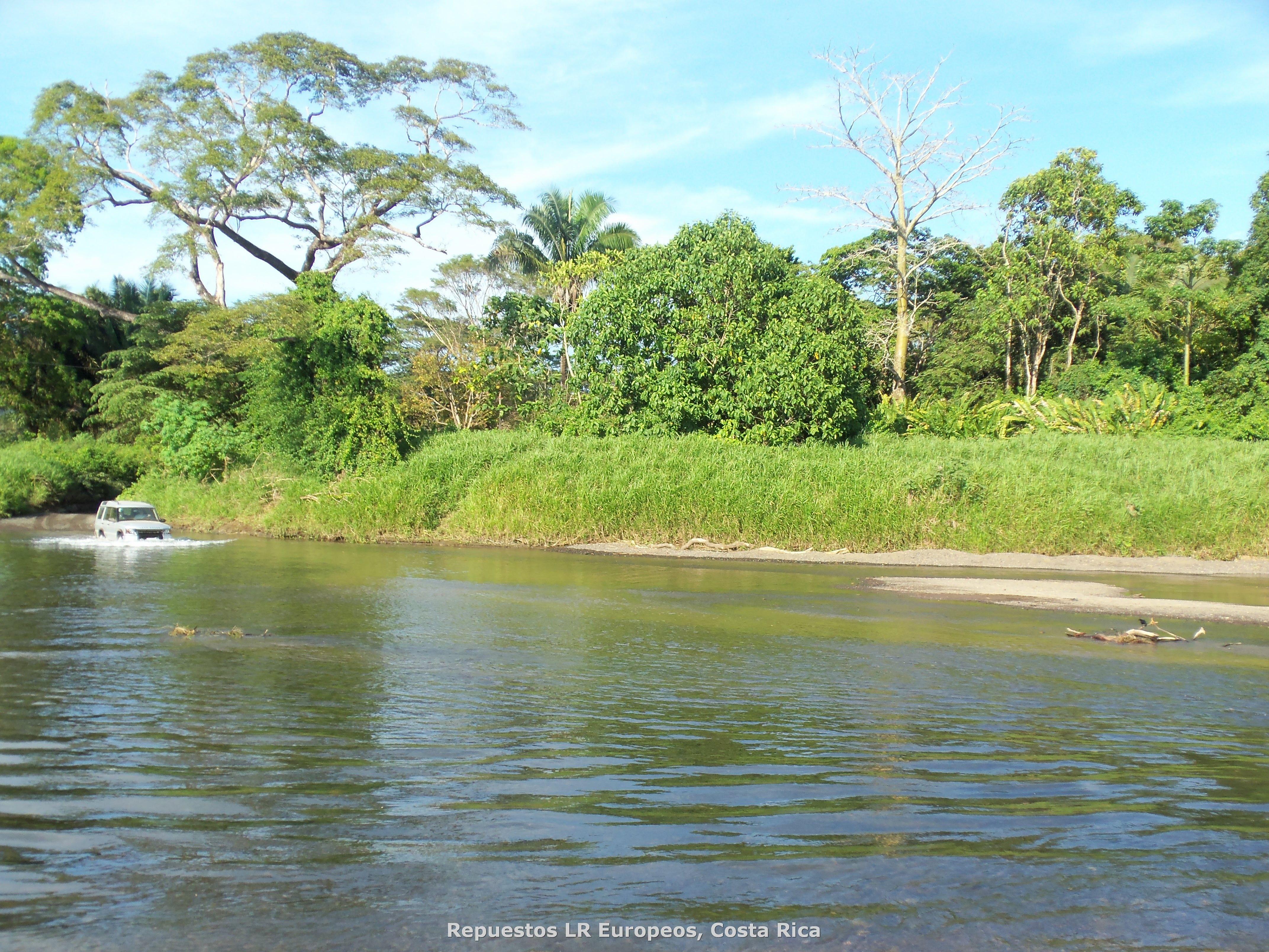 ¿Qué tan profundo será el río? Solo hay una manera de averiguarlo, con su Land Rover