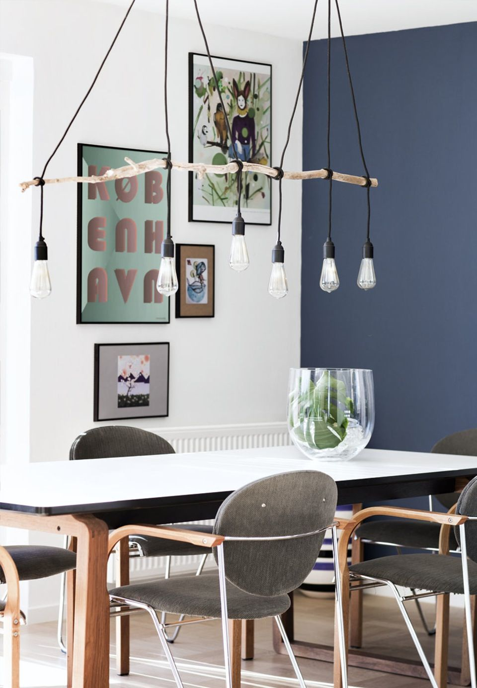 Hjemmelavet lampe over spisebordet