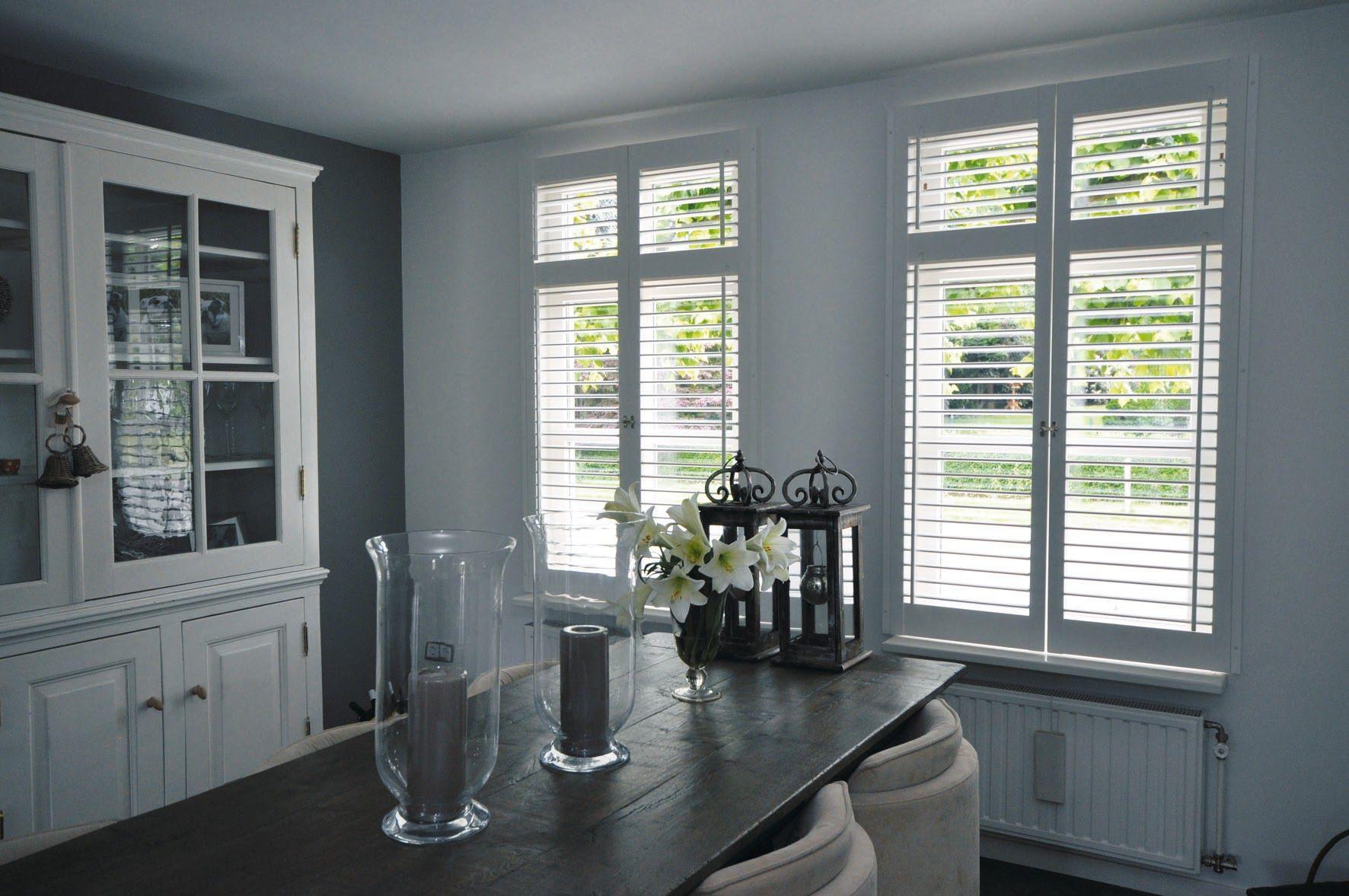 Sfeervolle eetkamer/woonkamer met witte shutters. Perron 1881 ...