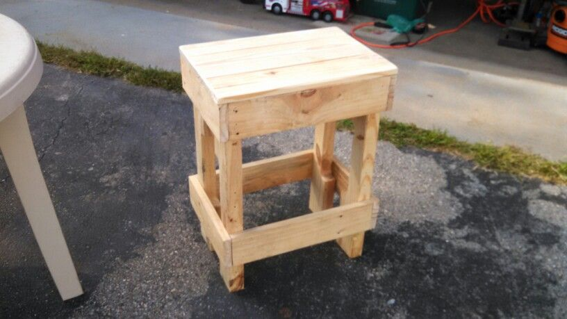 Small stool for the workshop, another project made of 100% reclaimed pallet wood.
