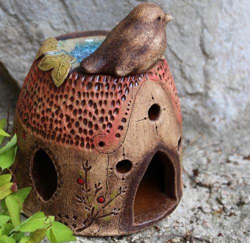 Ptáček na střeše