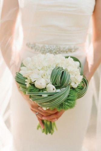 bouquet de mariee vert et blancs, hortensias, oeillet du poete