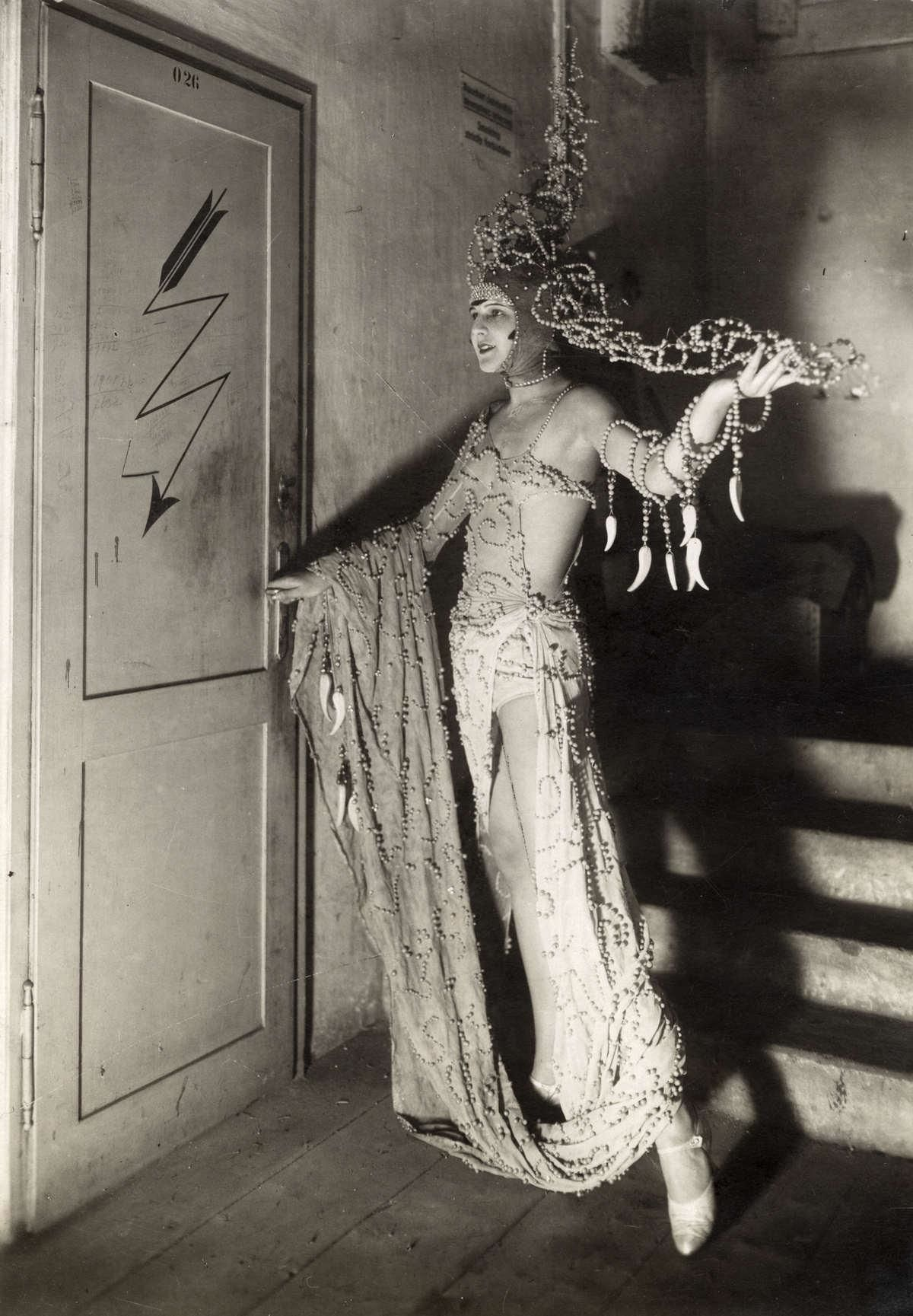 Behind the scenes of the Vienna revue Alles aus Liebe at the Stadttheater in Vienna, under the direction of Ernst Marischka. Photographer unknown, 1928.