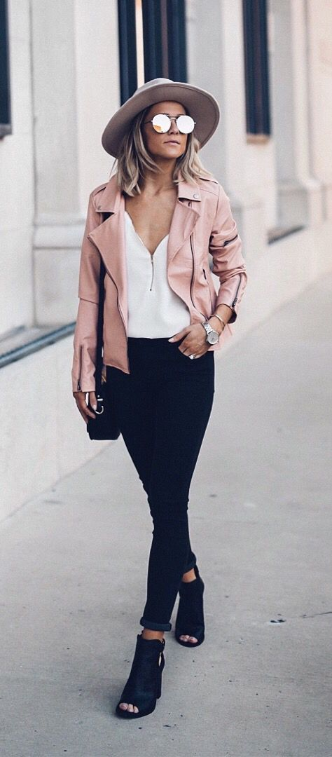 giacca di pelle rosa outfit