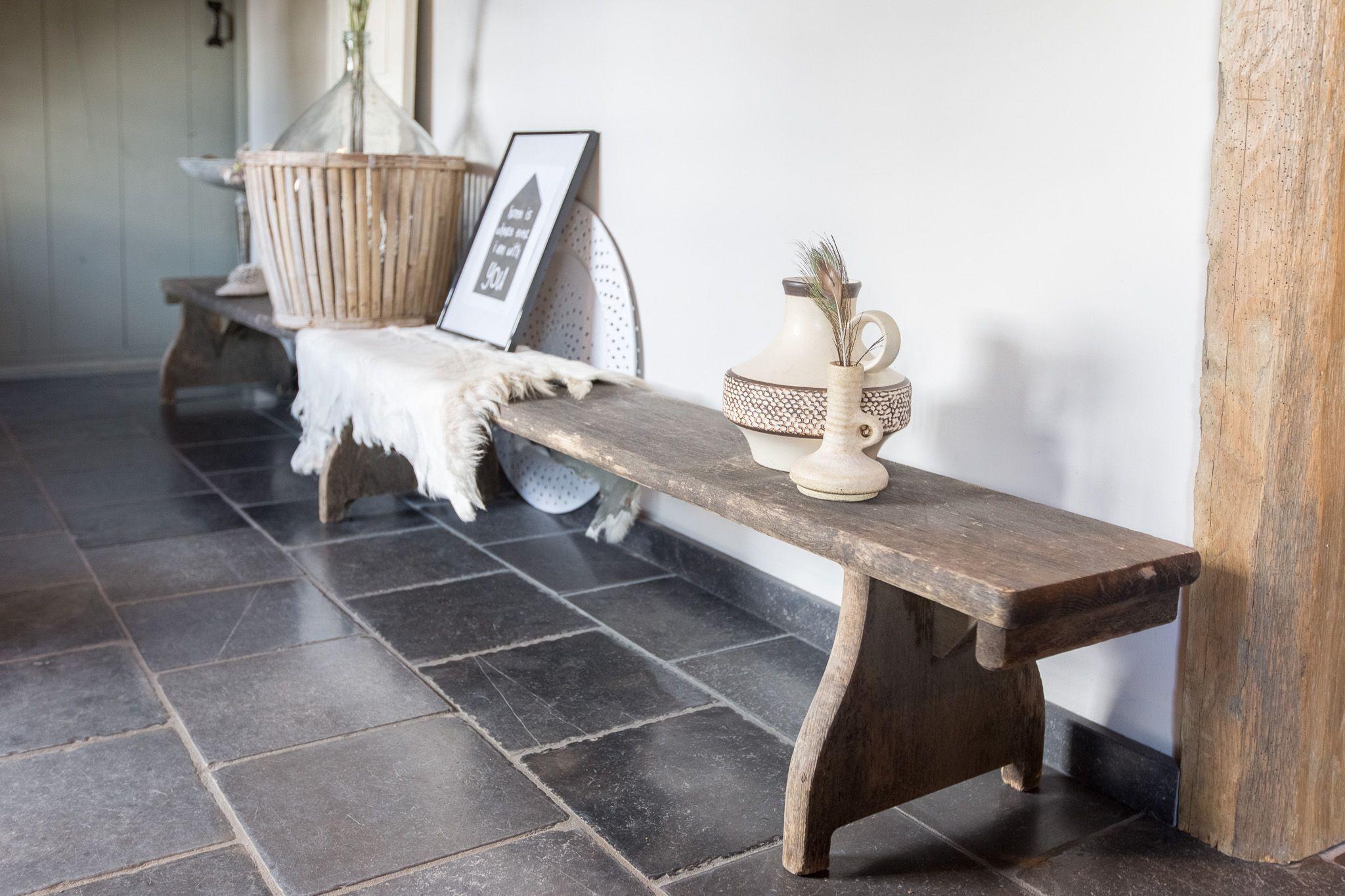 Prachtige verouderde natuursteen tegels van Van den Heuvel & Van Duuren. Bekijk onze website voor nog meer foto's van dit project.