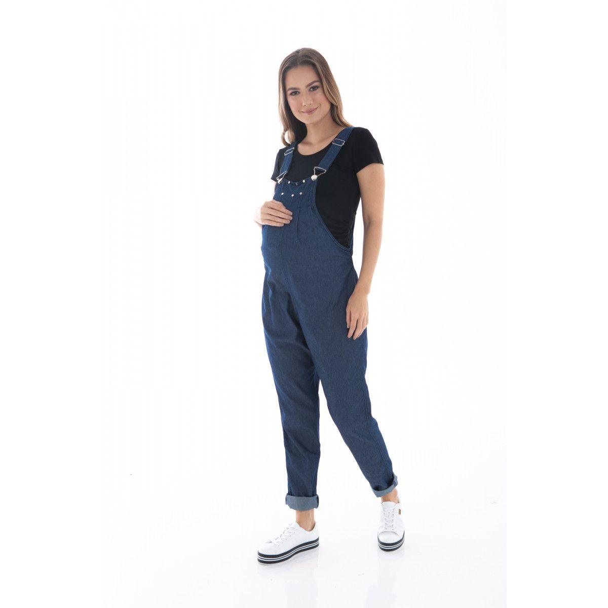 a269783d6 Jardineira Gestante, o macacão jeans longo possui regulagem de alça e  cintura, podendo ser
