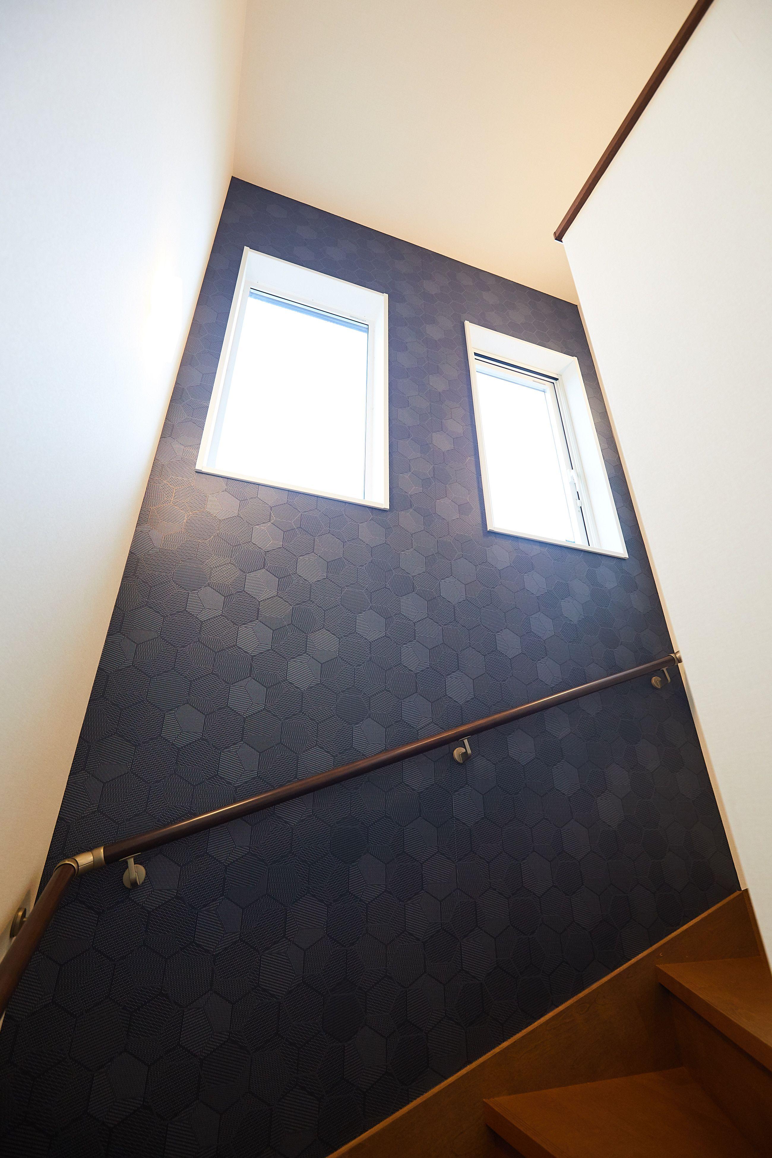 階段にダークなアクセントクロスを 力強い印象になりました 壁紙クロス クロス アクセントクロス