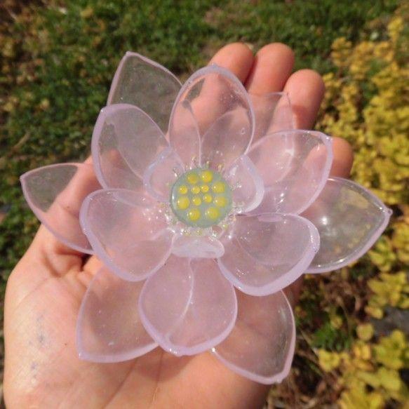 耐熱ガラスで作成した蓮の花です。華奢に見えますが、とても丈夫です。耐熱ガラスは品質が安定していて変わらず、いつまでも美しい輝きがあります品質の高いアメリカ製の...|ハンドメイド、手作り、手仕事品の通販・販売・購入ならCreema。