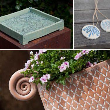 Keramik Arbeiten von Margit Hohenberger aus Hof mit Musterwalzen. Pattern rollers and garden pottery from Margit Hohenberger.