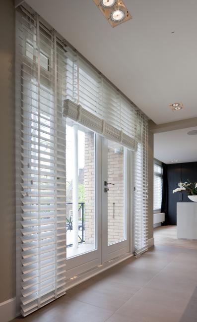 Jasno holzjalousien oder blinds in wei in einem badezimmer fensterdeko pinterest - Fenstergestaltung wohnzimmer ...