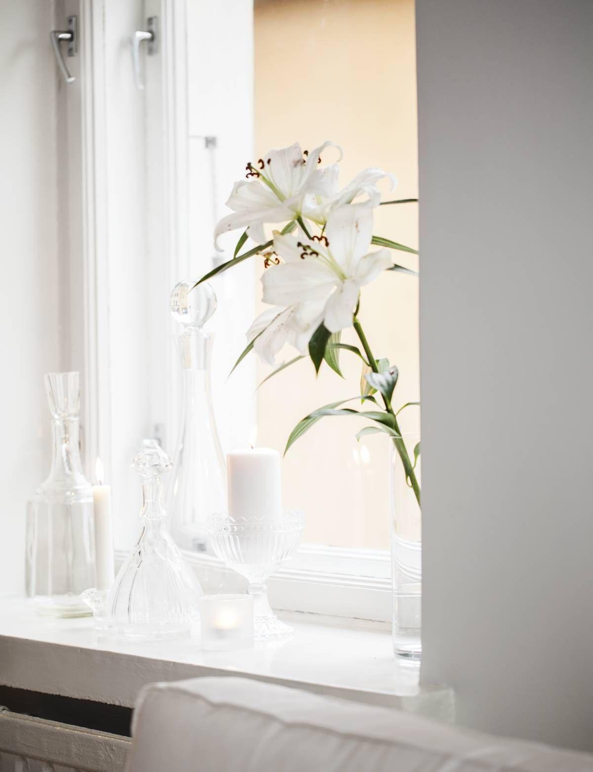 Ikkuna-lautaa somistavat Annan mieheltään saama kukka, Mariskooli ja kokoelma vanhoja lasipulloja, jotka ovat Annan ja Kimin suvun peruja.