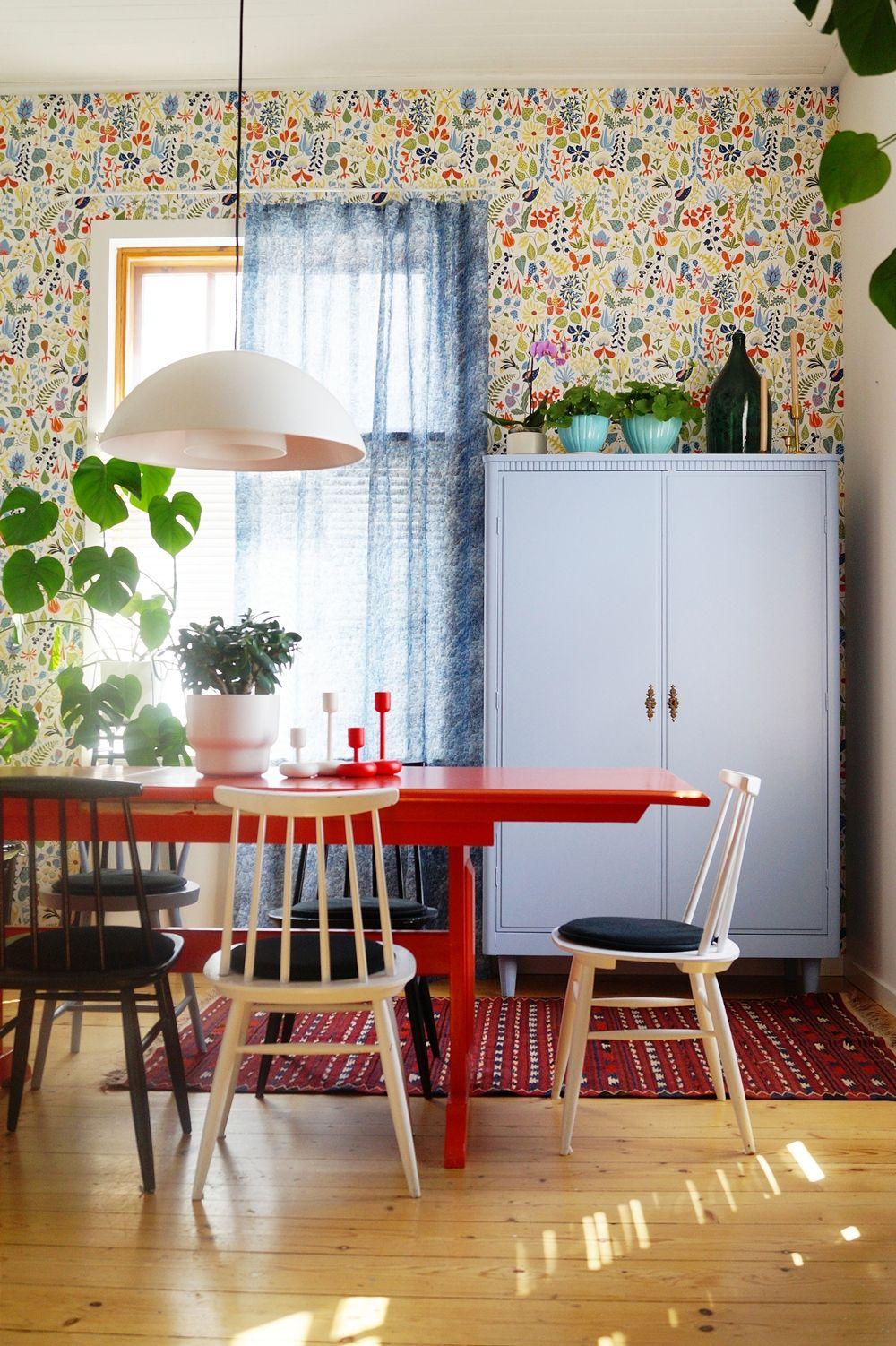 dining room, old furnitures, old house, houseplants, retro, vintage, orange table, colourful wool carpet, spoke chairs, boråstapeter wallpaper, blue old closet, Marimekko linen curtain, ruokailuhuone, värikäs villamatto, pinnatuolit, oranssi pirtinpöytä, vanha sininen kaappi, lasipullo, vanha talo,
