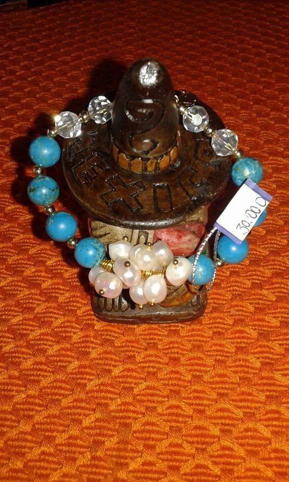 linda pulserita con perlas cultivadas, turquezas y cristales! combina con todo y siempre tendrás un look fresco  y llamativo