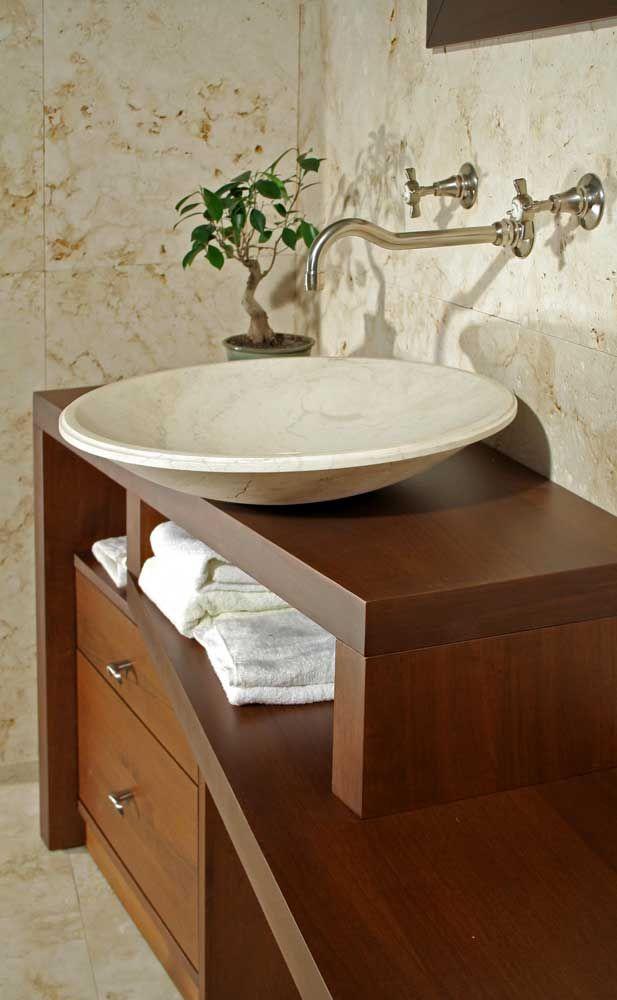 Linee sfasate in questo mobile da bagno in legno e travertino www ...