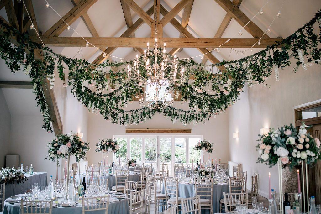 Bloemen en gebladerte Bruiloft Styling en hangende installatie door Styletopia @ Hyde …