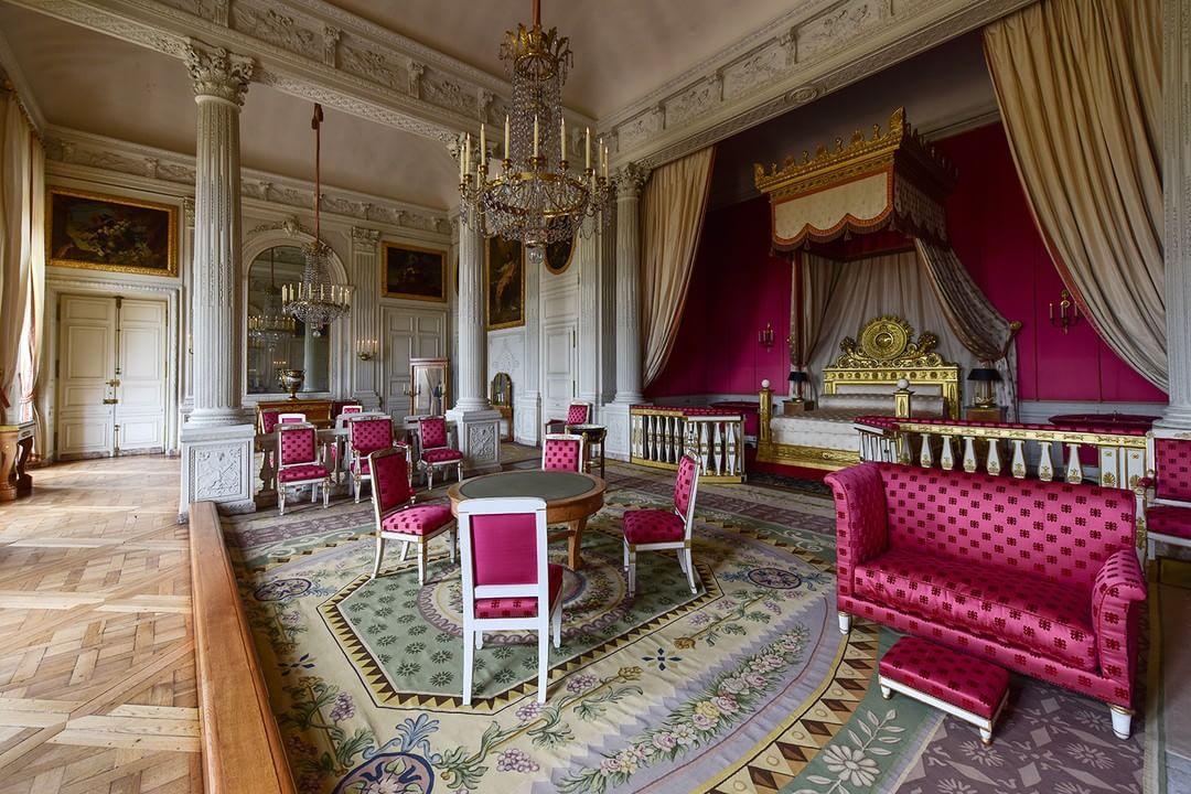 LeSaviezVous Le lit de la chambre de l'Impératrice au Grand Trianon était  celui de Napoléon aux Tuileries. Louis …   Palace of versailles,  Versailles, Fancy houses