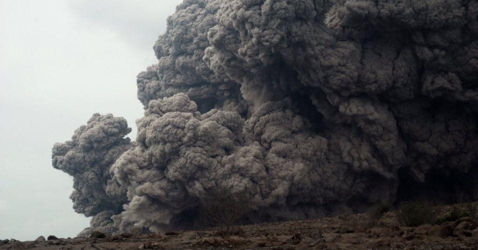 26.out.2014 - Gigantes nuvens de cinza saem da cratera do vulcão no monte Sinabung, na ilha de Sumatra, na Indonésia, neste domingo (26). A fumaça atinge dois quilômetros de distância e ameaça aldeias da região. As últimas vezes que o vulcão entrou em erupção foram em setembro de 2013 e em fevereiro de 2014 Imagem: Sutanta Aditya/ AFP