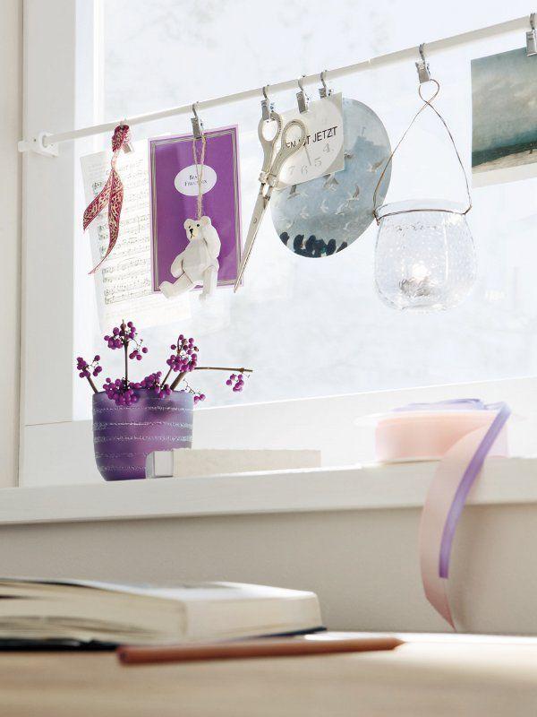 An einer Gardinenstange am Fensterrahmen lassen sich mit ...