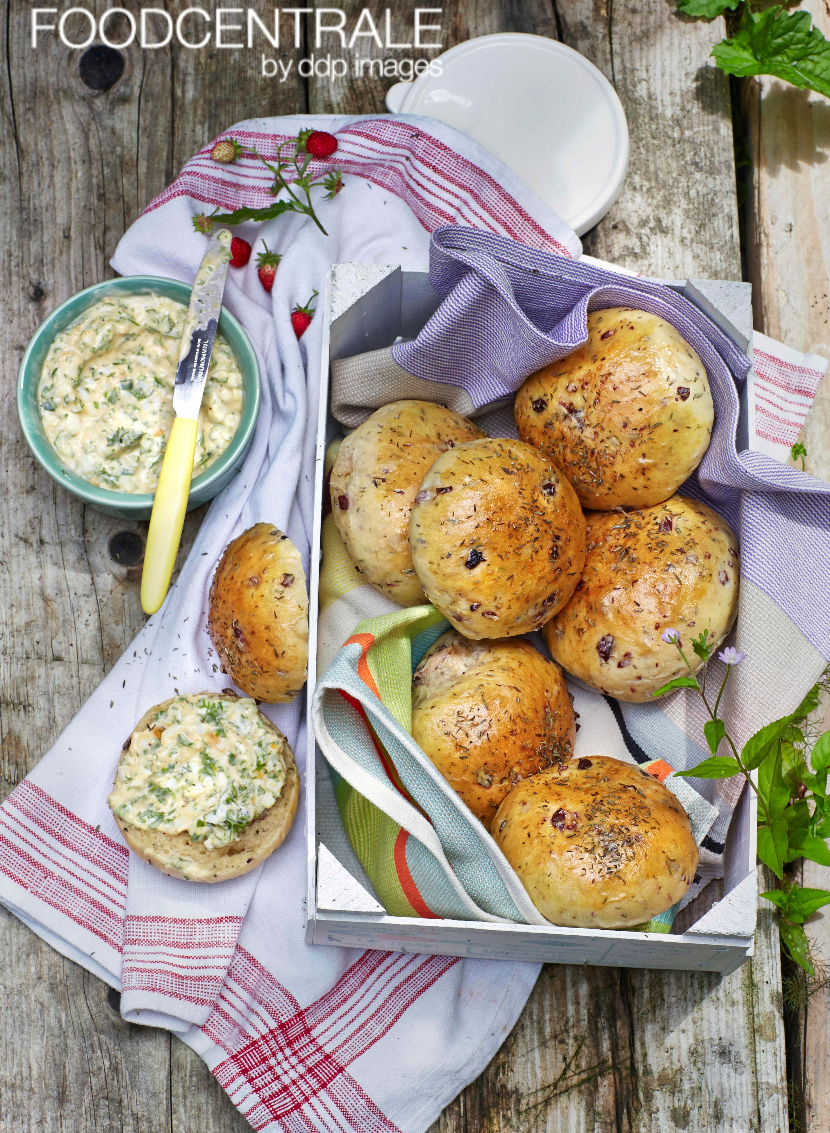 Oliven-Broetchen mit Kraeuter-Ei-Dip, Olive bun with herb egg dip by Julia Hoersch/FoodCentral (00602873). #foodcentrale #ddpimages #ddp #foodpic #foodlove #foodphotography #foodpost #foodinspiration #foodpicoftheday #foodshot #instafood #instafoodie #yummy #yummie #foodiegram #foodstagram #gumo #goodmorning #gutenmorgen #broetchen #dip #bun