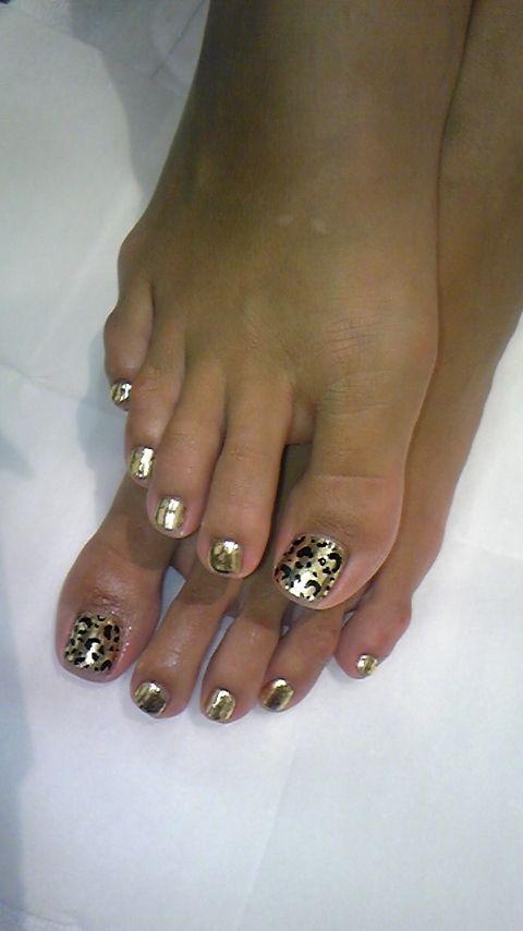 gold animal print toe nails.annacabella