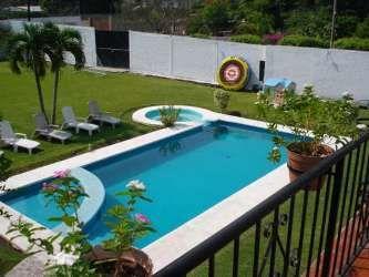Alberca con chapoteadero y jacuzzi piscinas pinterest for Jacuzzi en patios pequenos